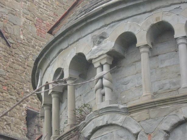 Gropina - Un nodo lega due delle colonnine dell'abside