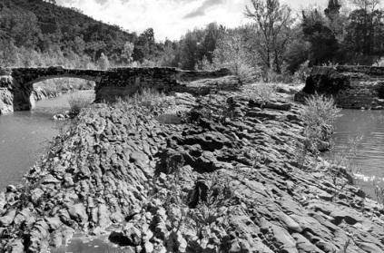 """Il ponte di Annibale poggia sulla roccia """"incisa"""" dal fiume nei pressi di Incisa Valdarno"""