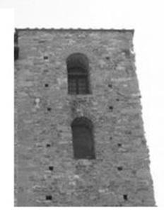 Particolare della torre: in alto, la testa bianca di una statua