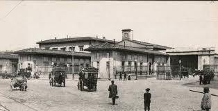 Stazione Maria Antonia nella piazza vecchia di Santa Maria Novella; la prima stazione di Firenze, contemporanea della Leopolda ai tempi del Granduca. Fu adibita al traffico passeggeri durante i cinque anni della capitale.