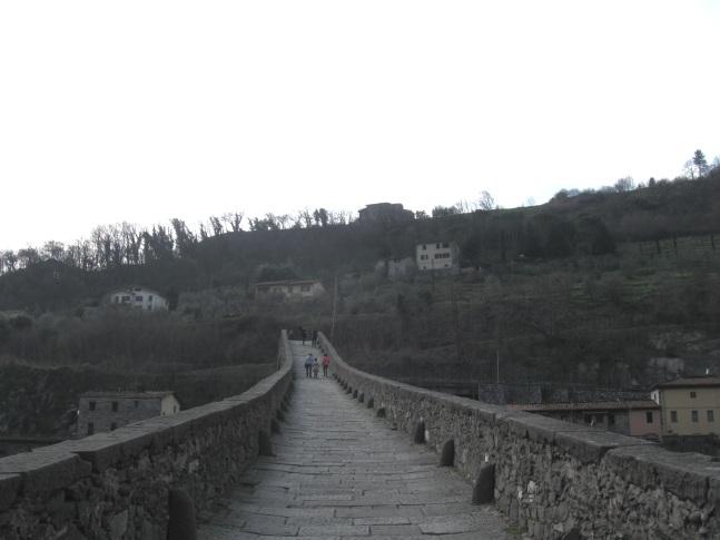 La leggendaria passerella del ponte del Diavolo nei pressi di Borgo a Mozzano in Garfagnana