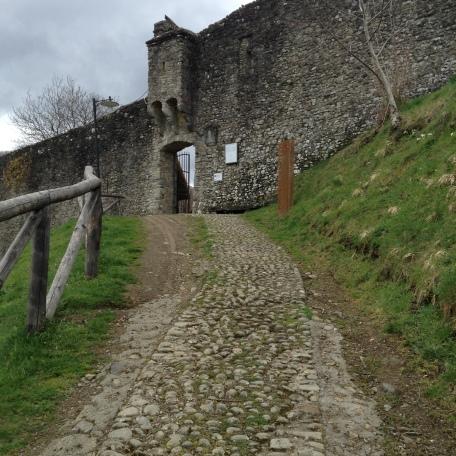Il sentiero di accesso alla porta