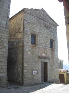 Aan Quirico la facciata della chiesa omonima