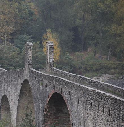 Particolare del lungo ponte di Bobbio, 273 metri, conosciuto con il nome di Il Ponte Vecchio, Ponte Gobbo, per le varie gobbe che ne caratterizzano il profilo loro e posti a diverse e detto anche del Diavolo.