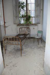 Letto consumato dal tempo in una stanza dell'ospedale