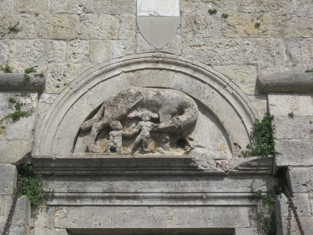 Sarteano Il bassorilievo della lupa senese e la Balzana