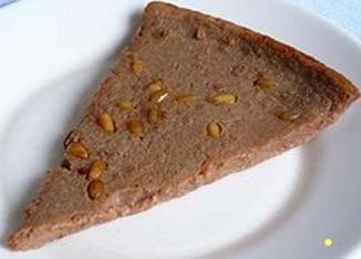 Una fetta del dolce di castagne più conosciuto e diffuso: il castagnaccio