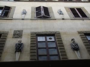 Firenze Palazzo Altoviti in Borgo degli Albizi. La facciata con alcune erme di uomini illustri