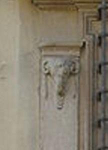 Firenze. Casino mediceo di San Marco, particolare della finestra, testa di capro