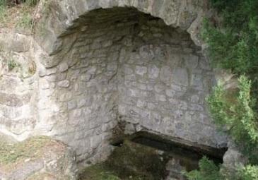 Romena, la fonte Branda nei pressi del castello