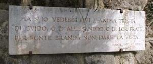 I versi di Dante riportati accanto alla fonte Branda