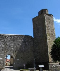 Montemignaio, la torre campanaria e le mura