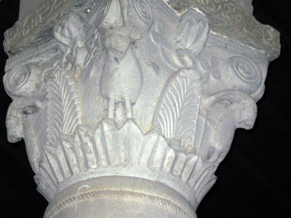 San Martino a Vado, capitello con foglie e animali