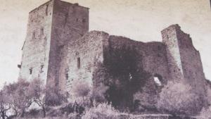 Il castello come era prima dei lavori di restauro. La foto è tratta dai cartelloni per i visitatori