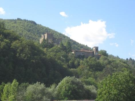 Da San Martino a Vado la rocca e la torre con l'orologio di Castel San Niccolò