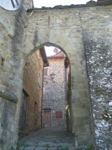 La porta di accesso accanto alla torre dell'orologio