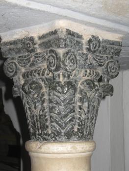 Il capitello di una colonna dell'ambone