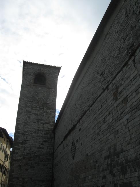 Il campanile addossato e la parete con la scacchiera