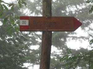 Il cartello indicatore del sentiero == verso Monte Senario