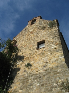 La torre del cassero con il campanile a vela e la campana.