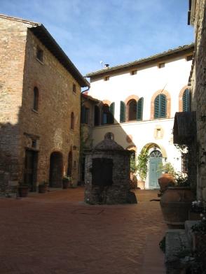 Il pozzo del XII secolo e altri Palazzi sulla piazza del castello