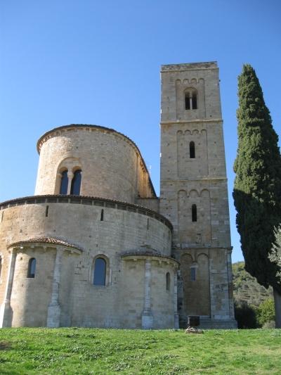 Sant'Antimo, l'abside, il campanile e il deambulatorio