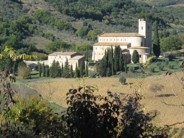 L'abbazia sullo sfondo della collina