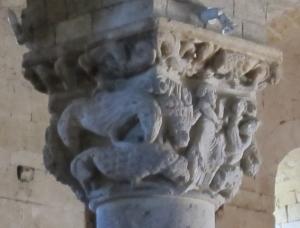 Le due facce del capitello che illustrano la storia di Daniele nella fossa dei leoni