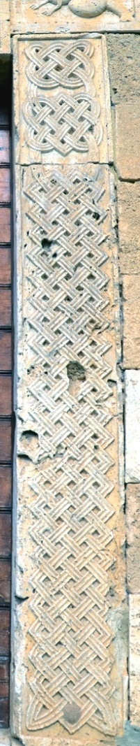 Particolare della porta sud con disegni di intrecci geometrici