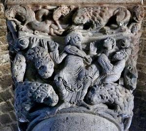 Capitello che illustra Daniele nella fossa dei leoni