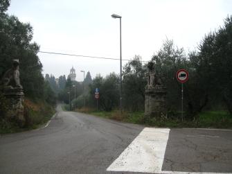 Montegufoni la strada di accesso al castello vigilata da due leoni
