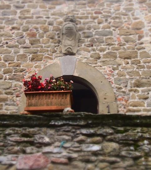 Volpaia lo stemma sul portone di un palazzo rinascimentale