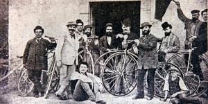 Gli organizzatori della prima corsa ciclistica su strada