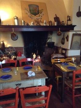 Antica Osteria Montecarelli, una saletta con camino