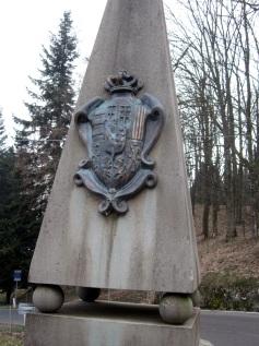Filigare, lo stemma segnala l'ingresso nella provincia fiorentina come anticamente segnalava l'ingresso nei territori del Granducato. Sull'altra faccia del cippo lo stemma segnala i territori dello Stato Pontificio