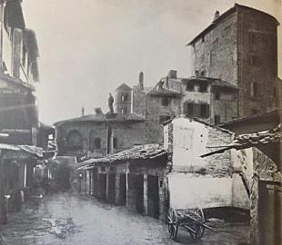 Il mercato vecchio, sulla sinistra una casa torre