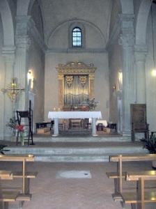 San Cresci a Macioli, l'interno con l'altare e l'organo