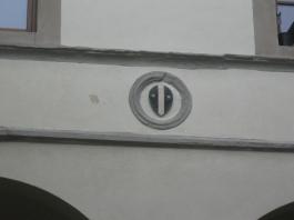 Palazzo Cattani lo stemma lungo le arcate del chiostro