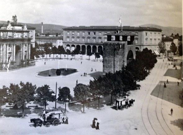 Piazza della Libertà con gli omnibus a cavalli