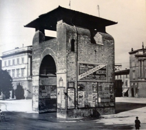 Porta alla Croce, inserita dal Poggi in mezzo a Piazza Beccaria