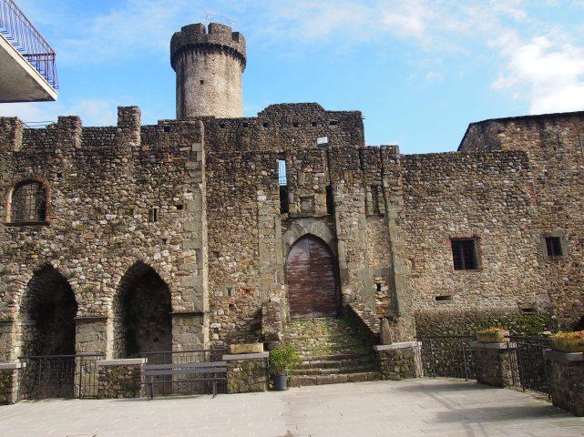 Malgrate, la facciata del castello
