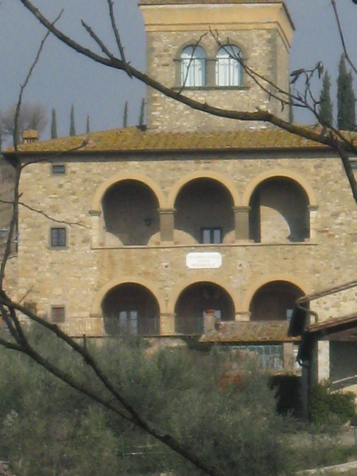 Radda in Chianti esempio di colonica con doppio loggiato e torre colombaia