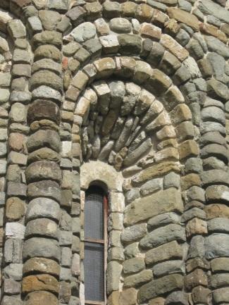 Pieve di Santo Stefano a Sorano Particolare della decorazione a livelli sovrapposti di una delle monofore dell'abside