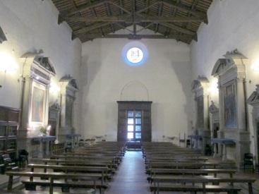 Carmignano interno della chiesa di San Michele con la tavola del Pontormo illuminata