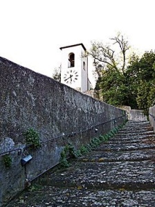 Carmignano la torre campanaria e l'erta salita per raggiungere la rocca