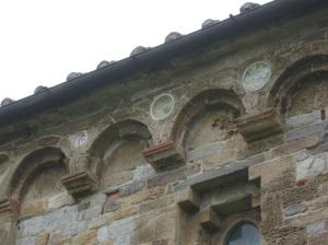 San Piero a Grado, particolare della facciata decorata con bacini ceramici