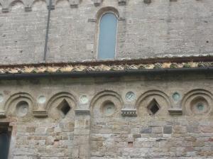 San Piero a Grado, motivi decorativi ad archetti e lesene