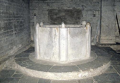 Diecimo, il fonte battesimale