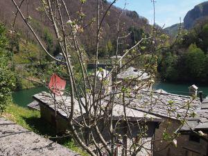 Isola Santa alcune case del piccolo borgo e la diga sullo sfondo