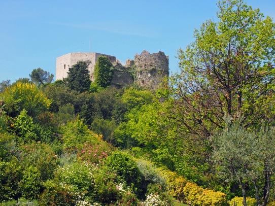 Montignoso, Castel Aghinolfi, tra la fitta coltre di verde